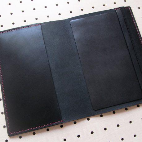 B6情報カードケース商品画像004:展開して内側の画像です。見開き【右】に挟んでいる革は内部でゴムと情報カードが干渉しないようにしています。取り外しが可能です。