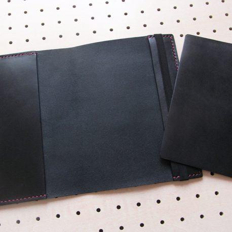 B6情報カードケース商品画像006:見開き【右】に挟んでいる革は取り外しが可能です。