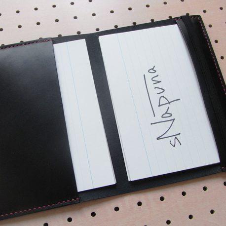 B6情報カードケース商品画像008:見開き【左】は記入済みのカードホルダー。【右】は未使用のカードホルダー。【右】のホルダーポケットが浅い理由は収納した状態で記入が出来るよう配慮しています。