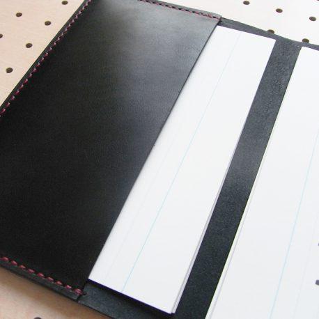 B6情報カードケース商品画像009:見開き【左】は記入済みのカードホルダーです。