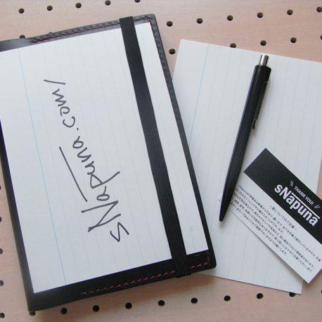 B6情報カードケース商品画像012:ゴムで固定して記入もできるような仕様になっています。シンプルな作りになってますので永く使えると思います。