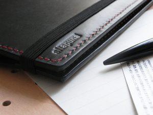 B6情報カードケース商品画像013:ロゴ部分のアップです。側面はしっかり磨いています。