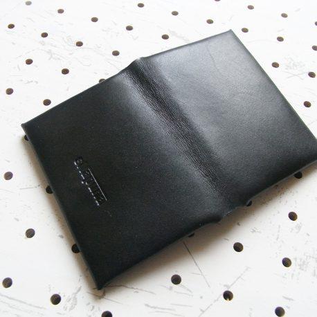 名刺入れ(カードケース)001商品画像004:開いた時の表側(ロゴ押し面)の画像です。