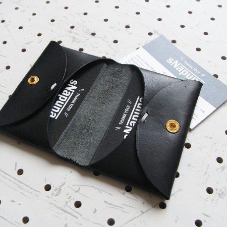 名刺入れ(カードケース)001商品画像005:カード挿入時の画像。片面に15枚程度の名刺が収納可能です。