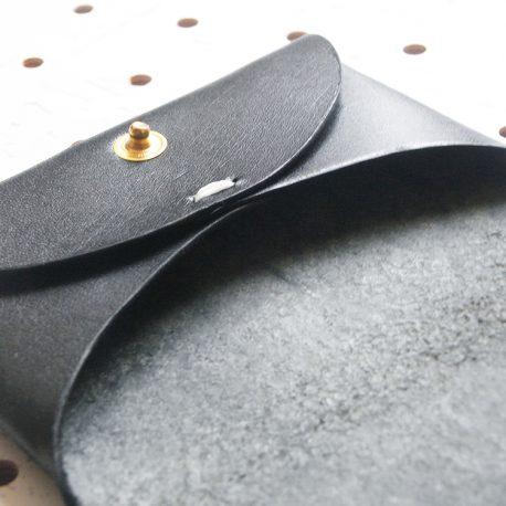 名刺入れ(カードケース)001商品画像011:片側のズーム画像です。縫い目は一か所にチョコっとあるのみです。シンプルな作りです。