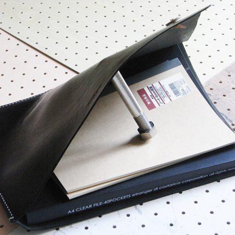 ファイルケース商品画像005:中の仕様はシンプルです。ボタンを解けばまだまだは纏められます。