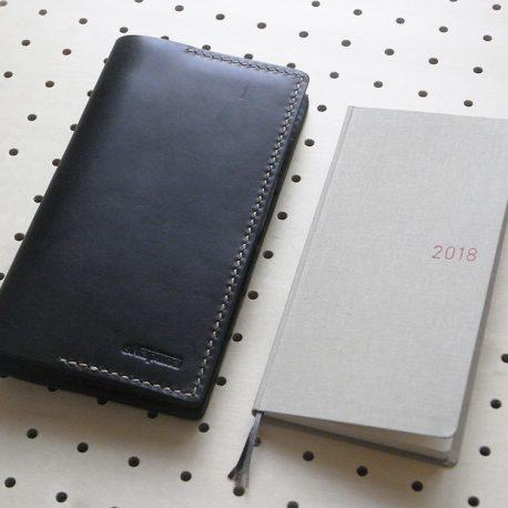 ほぼ日手帳weeksカバー商品画像001:ほぼ日手帳weeks本体より一回り大きいサイズです。