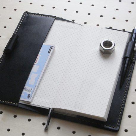 ほぼ日手帳weeksカバー商品画像006:開いて左の差し込み部分はポケットを作ってませんが、小さいメモやカードが収納できます。