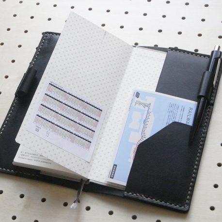 ほぼ日手帳weeksカバー商品画像007:右サイドはポケットを配置しています。