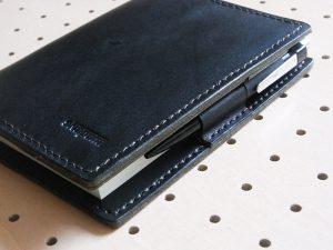ほぼ日手帳カバー(A6文庫)商品画像003:ペンケースはバタフライストッパーになっています。ペンは内部に収納されるように制作しています。