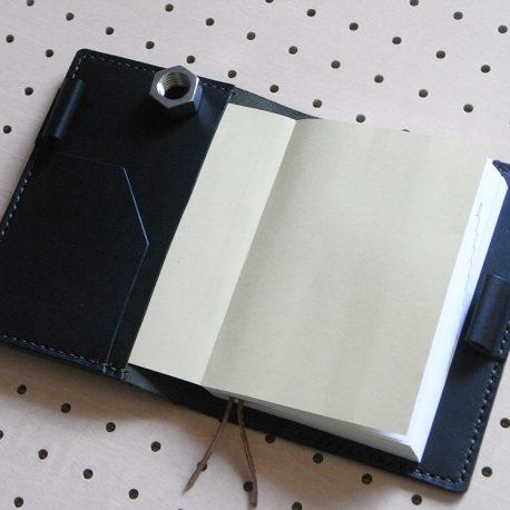ほぼ日手帳カバー(A6文庫)商品画像004:開いて左にポケットを配置しています。カードやメモ・名刺などを挟んだり、用途は自由です。