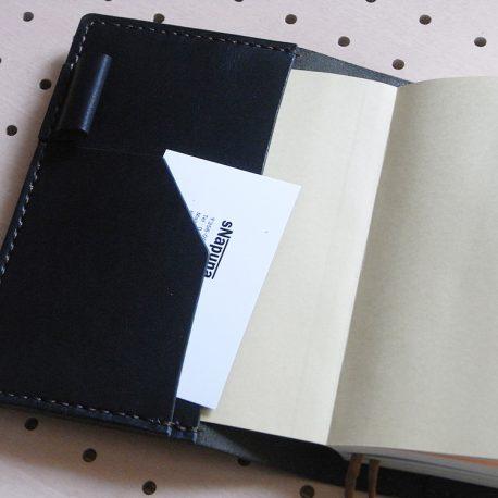 ほぼ日手帳カバー(A6文庫)商品画像008:左のポケットにカードを収納した画像です。