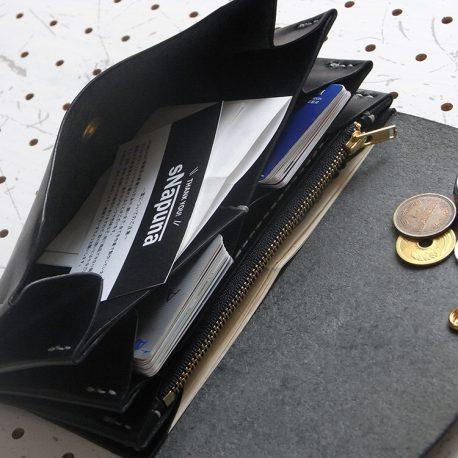 蛇腹ロングウォレットlw001商品画像009:仕様は(奥から)札入れ×1 ファスナー小銭入れ×1 レシート、領収書入れ×1 カード入れ×2 オープンカード入れ×1。画像のカードポケットには片側10枚、計20枚のカードを収納しています。