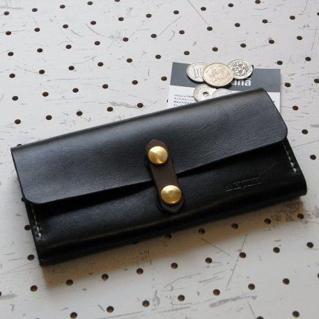 ロングウォレットlw002商品画像000:収納力抜群のロングウォレットです。ファスナー付き小銭入れの前後のマチ付き収納部はお札やレシート・領収書、カード収納に使えます。