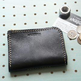 ミニウォレット商品画像000:二つ折り財布です。かなりコンパクトな仕様ですが、マチがあるので、カードは10枚程度入ります。無駄を省いた上、収納性を保った財布です。