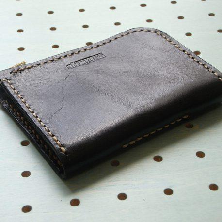 ミニウォレット商品画像006:表側の画像です。下側は小銭入れを取り付けている縫い目があります。