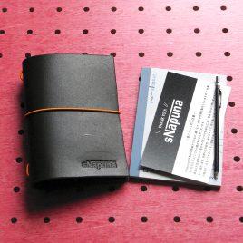 パスケース&ミニノートカバー商品画像000:パスケース+ミニノートカバーです。ゴムはヘタっても簡単に交換できます。1.5mmの丸ゴムをご使用ください。ノートはコクヨ72mm×102mm対応しています