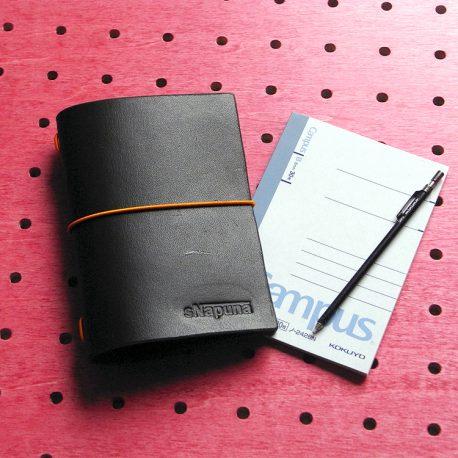 パスケース&ミニノートカバー商品画像001:ノートとシャープペンと合わせると手帳のような感じです。