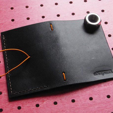 パスケース&ミニノートカバー商品画像004:展開して外側(ロゴ面)の画像です。