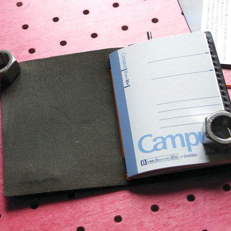 パスケース&ミニノートカバー商品画像006:ノートを収納するとこんな感じです。