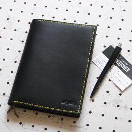 ノートカバー(B6)商品画像000:B6サイズのノートを2冊収納出来ます。また、ブックマークも2本ありますので、それぞれに挟むことが出来ます。ビジネス用では2冊を「社内用」「社外用」と分けて使用すると便利です。