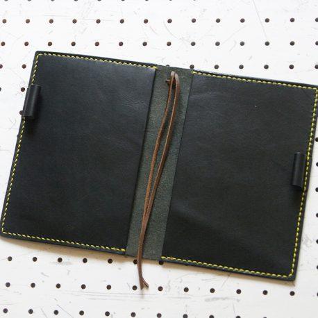 ノートカバー(B6)商品画像005:展開して内側の画像です。しおりが2本あります。