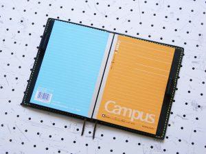 ノートカバー(B6)商品画像006:2冊収納しています。両サイドのポケットが深いため、キッチリと収まります。