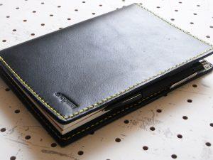 ノートカバー(B6)商品画像007:2か所にペン差しを配置しバタフライストッパーにしています。ペンが内部に収納されるようになっているので、見た目がスマートです。
