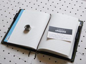 ノートカバー(B6)商品画像009:B6ノートを収納後の見開き画像です。