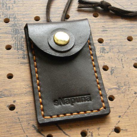 お守りケースミニ商品画像001:焦げ茶の商品画像です。表側から見た画像です。