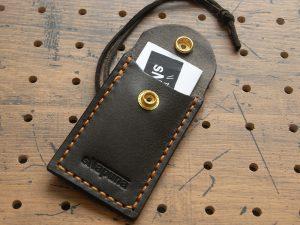 お守りケースミニ商品画像006:65ミリ×35ミリのお守りサンプルを入れた画像です。