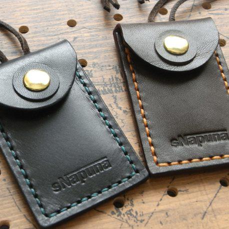 お守りケースミニ商品画像007:革の色について・・・右が焦げ茶・左が黒です。