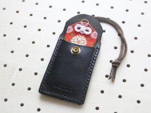 お守りケース商品画像003:お守りを入れるとこんな感じです。