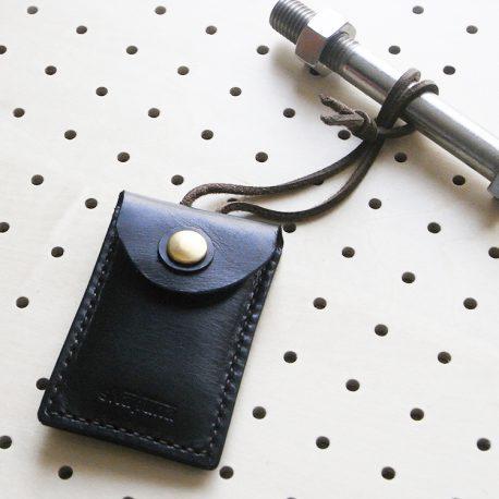お守りケース商品画像008:バッグの取っ手部分にくぐらせて取り付けができます。