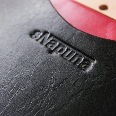 通帳カバー商品画像008:表側上部のロゴのアップ画像です。