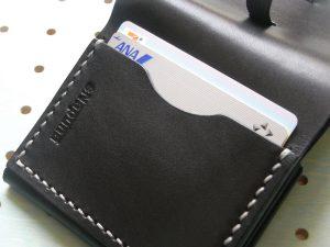 スナップミニウォレット商品画像011:外側にカード収納があり2枚の収納が可能です。