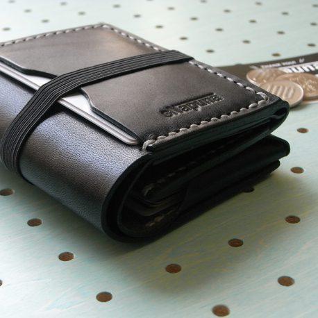 スナップミニウォレット商品画像014:ゴムバンドは、リペアのことも考え、ゴムを本体に縫い合わせしていません。ご自身でも交換が簡単にできます。