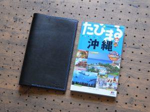 たびまるカバー商品画像001:たびまる本体とたびまるカバーです。厚み(上限)1.4mmまでの書籍に対応しています。