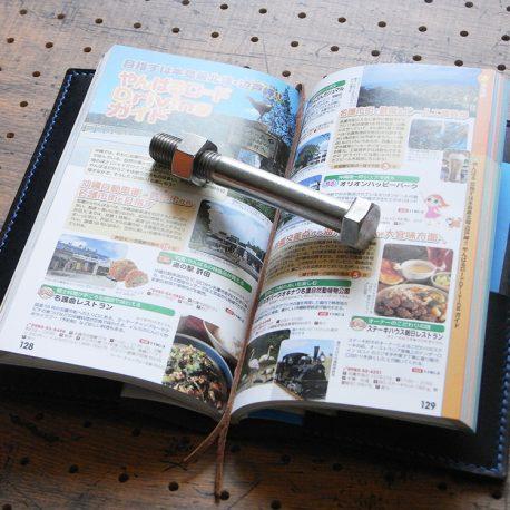たびまるカバー商品画像008:気になったページにしおりを挟んでおけば、旅先で便利です。
