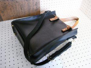 3WAYトートバッグ商品画像001:肩掛けベルトと取り付けしたときの画像です。