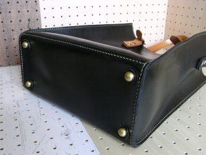 3WAYトートバッグ商品画像005:底鋲が4つ付いています。