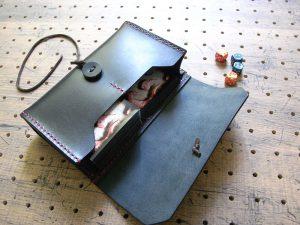 デッキケース(トレカケース)商品画像009:サンプル画像では、マジック ザ ギャザリングのカードをスリーブケースに入れて、左側に60枚/右側に15枚を収納しています。