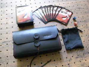 デッキケース(トレカケース)商品画像011:巾着にサイコロを入れれば、オールインワンアイレムになります。コンパクトなデッキケースです。