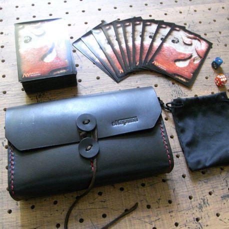 デッキケース商品画像011:巾着にサイコロを入れれば、オールインワンアイレムになります。コンパクトなデッキケースです。