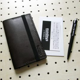情報カードケース(5×3インチ)商品画像000:5×3インチ(125mm × 75mm)サイズ用の情報カードケースです。 左右15枚づつ計30枚の収納が可能です。 リペアのことも考え、平ゴムは縫い付けていないので、劣化の際にはご自身で交換ができます。