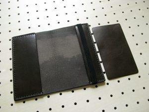 情報カードケース(5×3インチ)商品画像005:見開き【右】に挟んでいる革は内部でゴムと情報カードが干渉しないようにしています。取り外しが可能です。