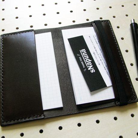 情報カードケース(5×3インチ)商品画像006:見開き【左】は記入済みのカードホルダー。見開き【右】は未使用のカードホルダー。【右】のホルダーポケットが浅い理由は収納した状態で記入が出来るよう配慮しています。