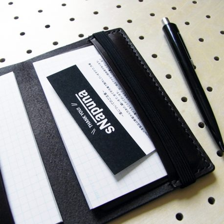 情報カードケース(5×3インチ)商品画像008:カード15枚収納後の右ポケットの感じです。