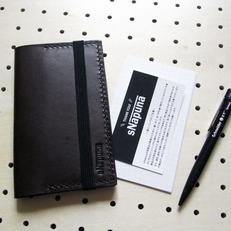 情報カードケース(5×3インチ)商品画像012:ペン・ショップカードと比較すると結構コンパクトなのが分かります。