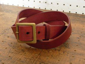 ベルト(30mm・真鍮バックル)商品画像001:ナチュラルな革を染色しているため、ご購入時はツヤがない商品ですが、使用していくとツヤが出てきます。革本来の味が楽しめる素材です。